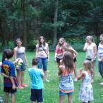 Elena erklärt uns das Spiel, das sie spielen möchte.