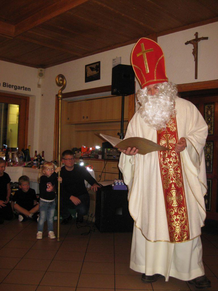 Der Nikolaus richtet ein paar Worte an die Kinder
