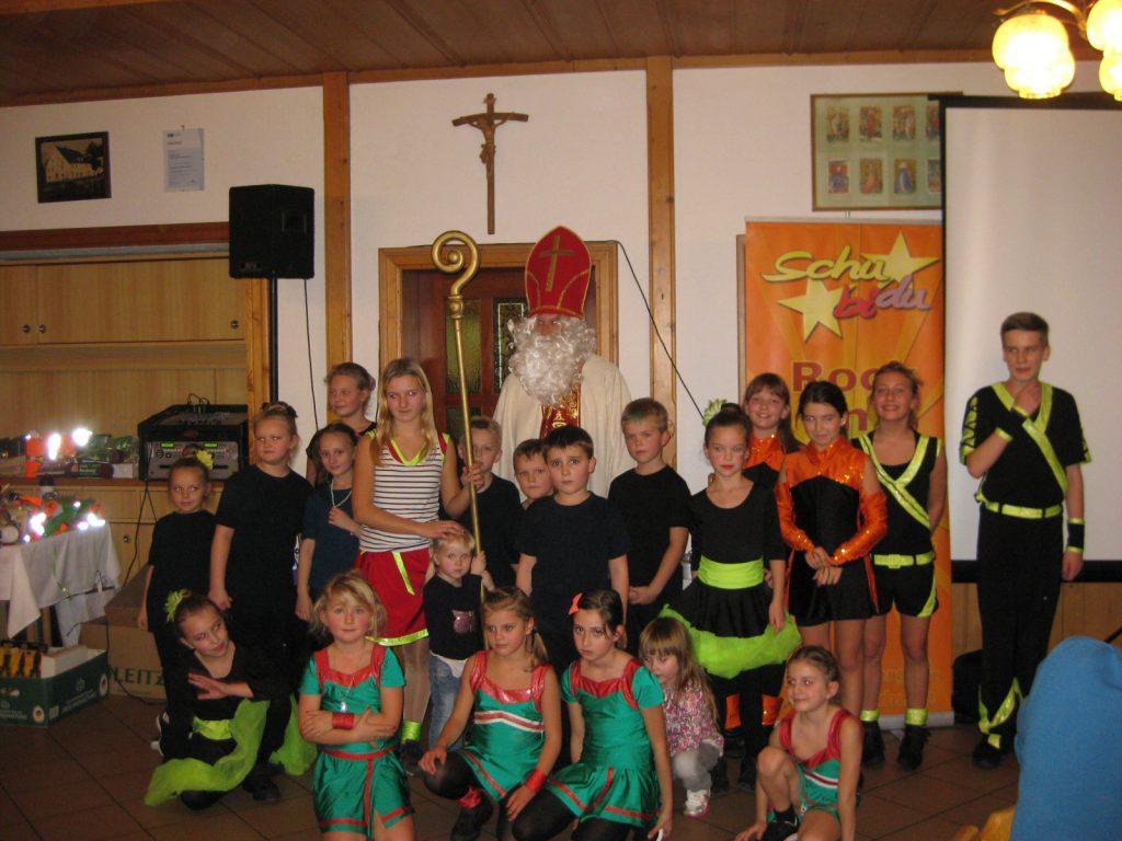 Die Kindergruppe und die Anfänger posieren mit dem Nikolaus für ein Gruppenbild